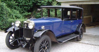 A 1928 Sunbeam limousine in blue