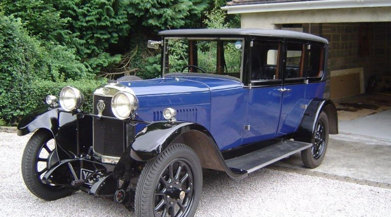 A 1928 Sunbeam limousine in blue